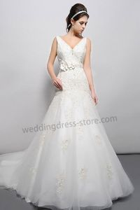 Classic lace embroidered v-neck wedding dress B015